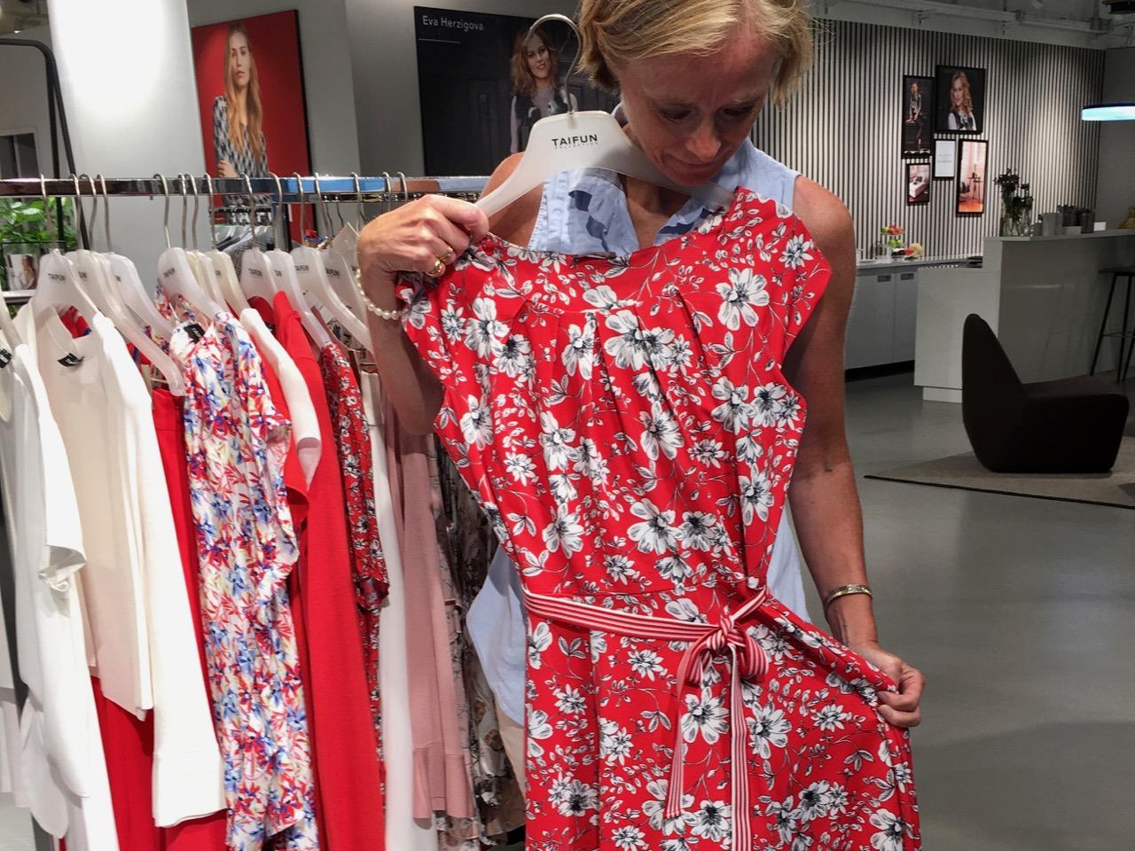 10e9600408a7 Hos Gerry såg vi det modet som har börjat att växa fram för oss; klänningar  (långa och korta), vida byxor, längre kjolar, t-shirts och linnen, ...