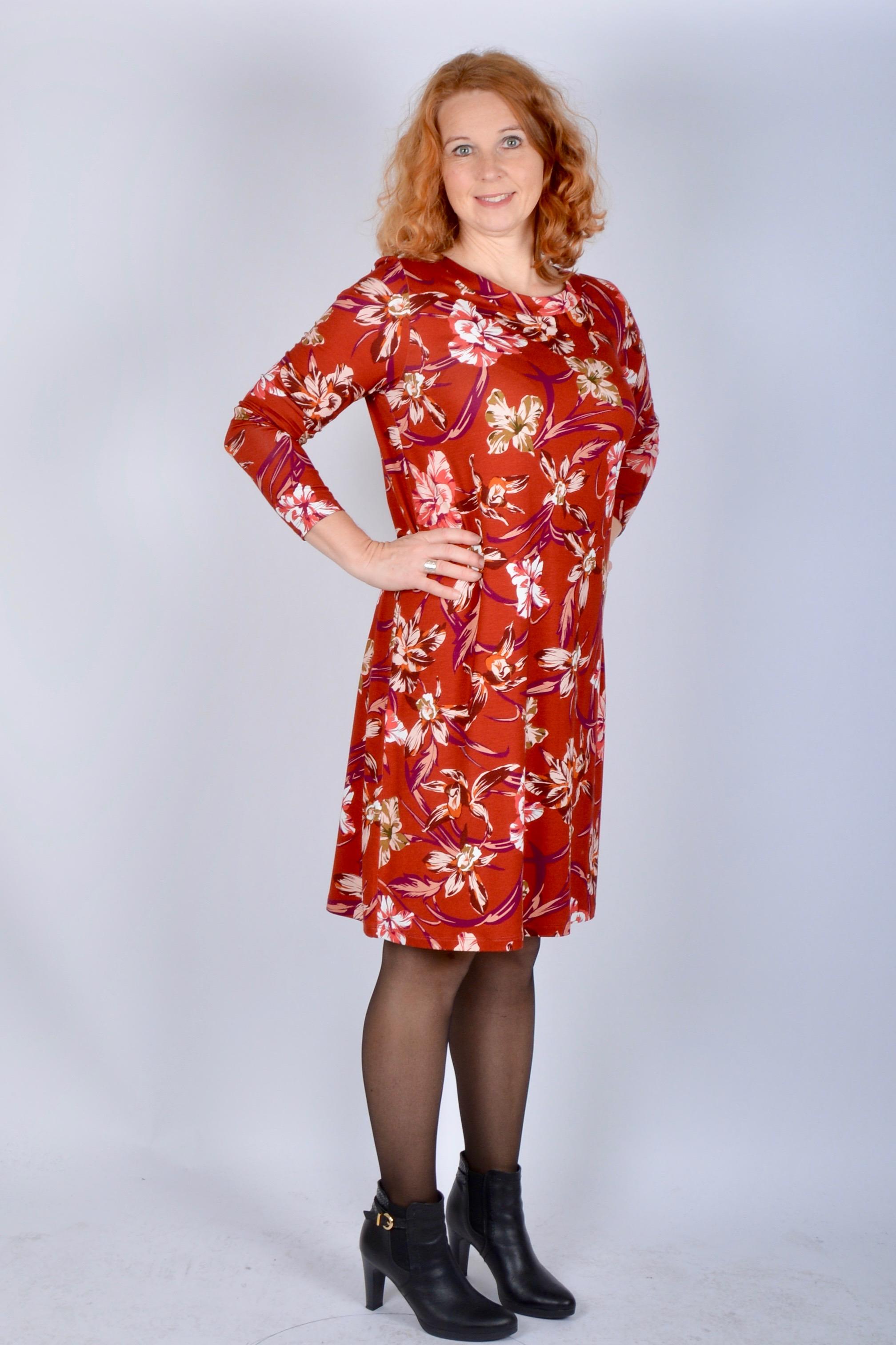 Bekväm och skön klänning i rak modell och härlig färg. Klänning Jascha  Stockholm här    39784ddbee780