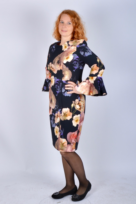 Ovan  Camilla Thulins suveräna sammetsklänning. Här i lila 5ce6adbe43405