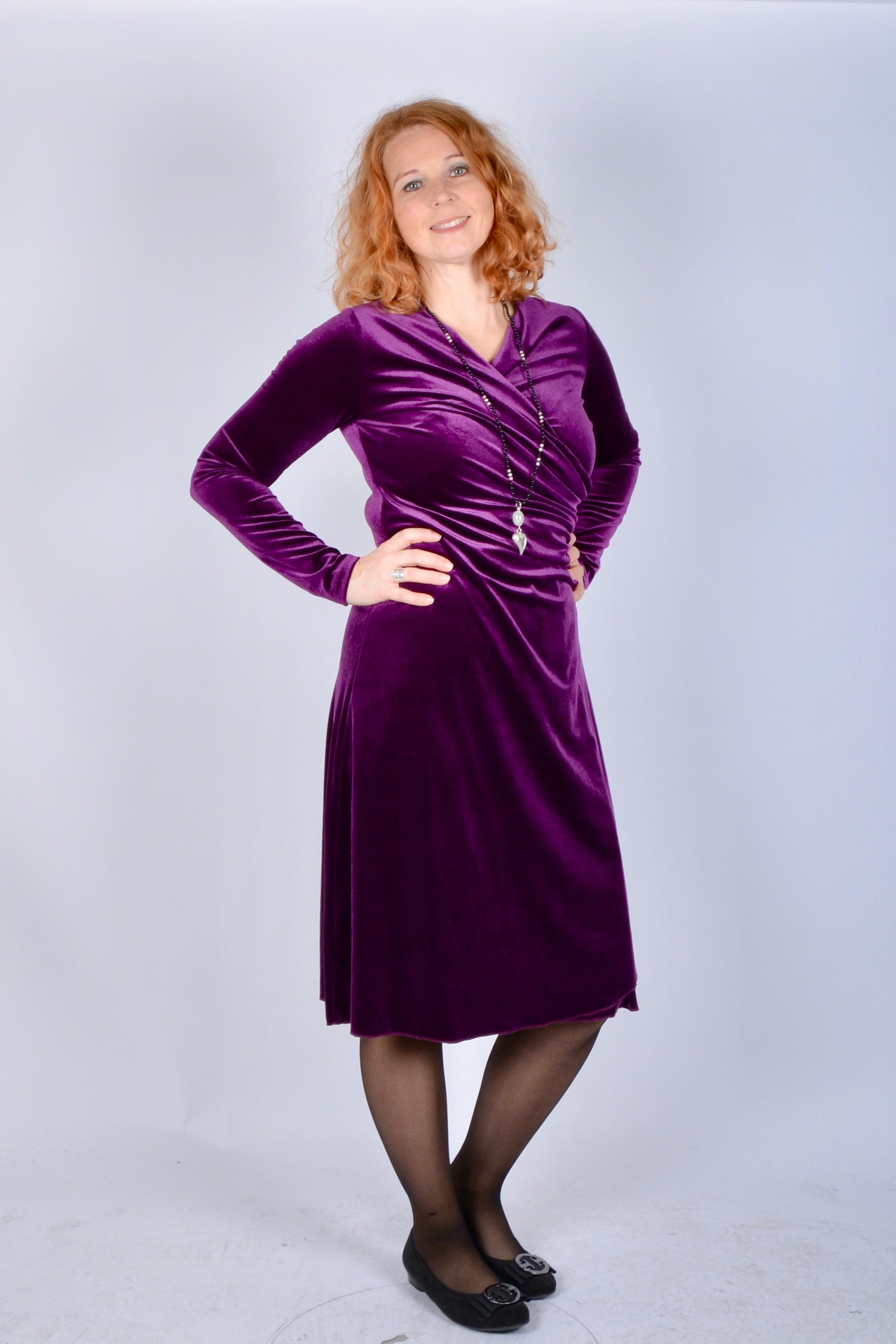 Ovan  Camilla Thulins suveräna sammetsklänning. Här i lila 81cdb74cf727a