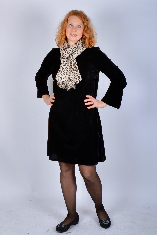 95aa9232affb Ovan: A-linjeformad sammetsklänning från Jasha Stockholm. Snygg form och  kort i modellen. Klicka här för att komma till klänningen >>