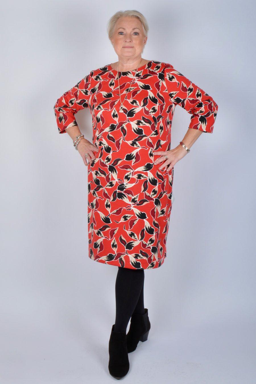 5bb7c5f21b5e Välj gärna en röd klänning, jacka eller topp. Det signalerar makt och  styrka. Glöm inte att fixa frisyren och sminka dig snyggt och toppa med ett  par stora ...