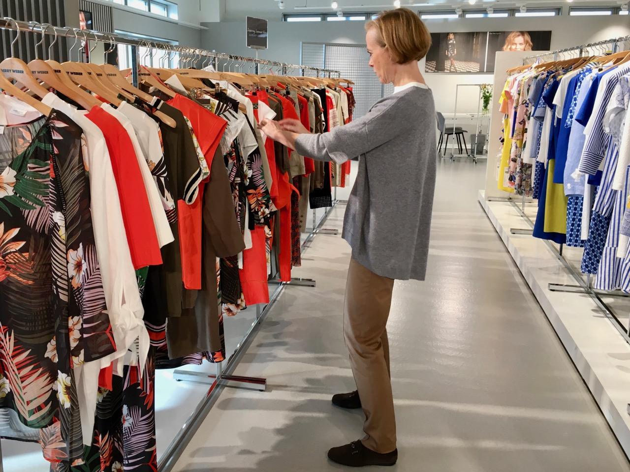 8cc4ae8eb010 Utifrån allt vi såg hos Gerry Weber valde vi; snygga linneklänningar, både  enfärgat och mönstrat samt linnebyxor. Långa mönstrade kjolar, med  enfärgade ...