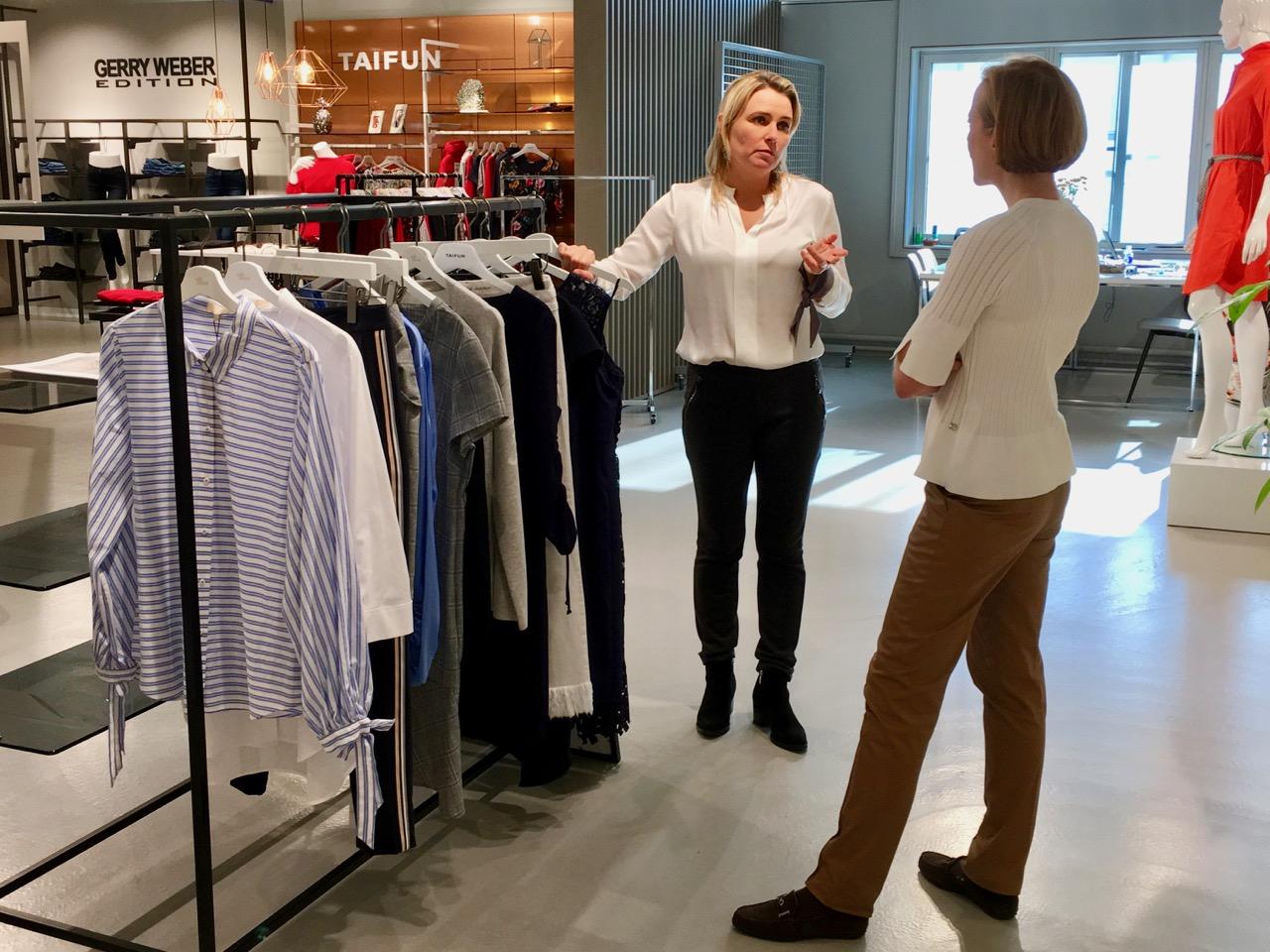 5c96082d5e78 Ovan; Agenten Anna och jag tittar på en ny kollektion, men den var inte  tillräckligt spännande. När vi är på inköp ...