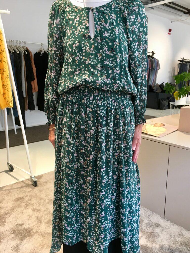 eller en nästan vadlång blommig klänning med rynk i midjan. ce5053a8888d6