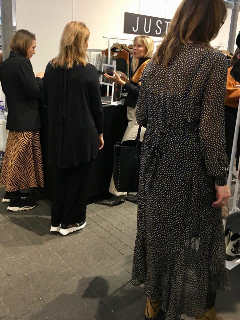"""4f276da529d7 Här är ännu fler långa klänningar och kjolar med gymnastikskor till. Vi såg  kanske EN kvinna i """"vanlig"""" kort kjol! Vad som är inne och trendigt blir  väldigt ..."""